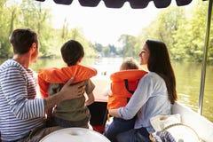 Οικογένεια που απολαμβάνει την ημέρα έξω στη βάρκα στον ποταμό από κοινού Στοκ Φωτογραφίες