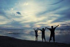 Οικογένεια που απολαμβάνει της ελευθερίας στην ακτή Στοκ Εικόνα