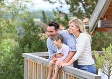 Οικογένεια που απολαμβάνει τις διακοπές στην ξύλινη καμπίνα Στοκ Φωτογραφία