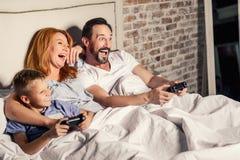 Οικογένεια που απολαμβάνει το παιχνίδι στο σπίτι Στοκ φωτογραφίες με δικαίωμα ελεύθερης χρήσης