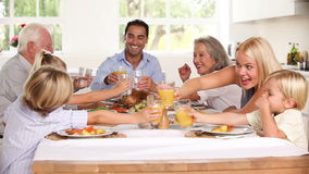 Οικογένεια που αυξάνει τα γυαλιά τους στο οικογενειακό γεύμα απόθεμα βίντεο
