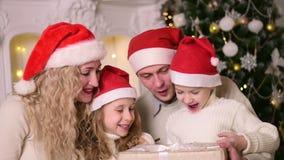 Οικογένεια που γιορτάζει τα νέα Χριστούγεννα έτους φιλμ μικρού μήκους