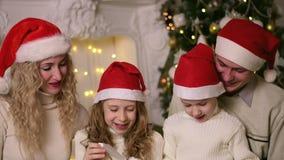 Οικογένεια που γιορτάζει τα νέα Χριστούγεννα έτους απόθεμα βίντεο