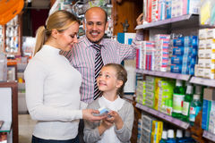 Οικογένεια που επιλέγει τα στοιχεία στο φαρμακείο στοκ εικόνες