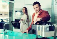 Οικογένεια που επιλέγει την επιτραπέζια επιφάνεια Στοκ Φωτογραφία