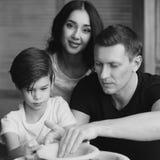 Οικογένεια που εργάζεται στη ρόδα αγγειοπλαστών Στοκ εικόνες με δικαίωμα ελεύθερης χρήσης
