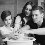 Οικογένεια που εργάζεται στη ρόδα αγγειοπλαστών Στοκ φωτογραφία με δικαίωμα ελεύθερης χρήσης