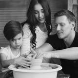 Οικογένεια που εργάζεται στη ρόδα αγγειοπλαστών Στοκ εικόνα με δικαίωμα ελεύθερης χρήσης