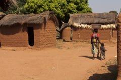 Οικογένεια που διασχίζει ένα αφρικανικό χωριό Στοκ Εικόνες