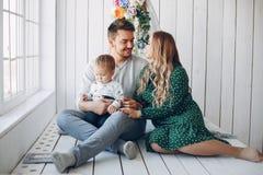 Οικογένεια που κάθεται στο σπίτι στο πάτωμα στοκ φωτογραφία με δικαίωμα ελεύθερης χρήσης