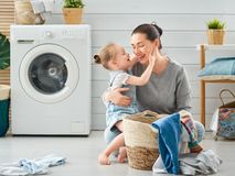 Οικογένεια που κάνει το πλυντήριο στοκ εικόνες με δικαίωμα ελεύθερης χρήσης