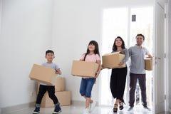Οικογένεια που κινείται προς ένα καινούργιο σπίτι στοκ εικόνες με δικαίωμα ελεύθερης χρήσης