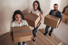Οικογένεια που κινείται στο καινούργιο σπίτι στοκ φωτογραφία με δικαίωμα ελεύθερης χρήσης