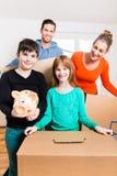 Οικογένεια που κινείται στο νέο σπίτι στοκ εικόνες με δικαίωμα ελεύθερης χρήσης
