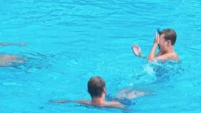 Οικογένεια που κολυμπά στη λίμνη απόθεμα βίντεο