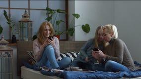 Οικογένεια που μοιράζεται το περιεχόμενο μέσων με τα έξυπνα τηλέφωνα φιλμ μικρού μήκους