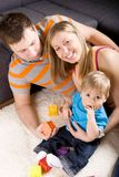 οικογένεια που παίζει από κοινού Στοκ φωτογραφίες με δικαίωμα ελεύθερης χρήσης