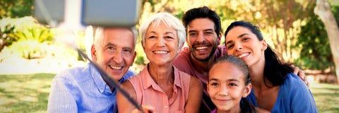 Οικογένεια που παίρνει ένα selfie στο πάρκο στοκ εικόνες