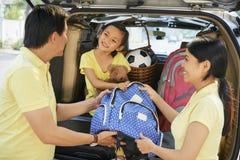 Οικογένεια που παίρνει έτοιμη να φύγει για τις διακοπές στοκ φωτογραφία με δικαίωμα ελεύθερης χρήσης