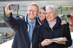 Οικογένεια που παίρνει την αυτοπροσωπογραφία Στοκ Φωτογραφία