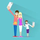 Οικογένεια που παίρνει selfie τη φωτογραφία στο έξυπνο τηλεφωνικό ζεύγος απεικόνιση αποθεμάτων