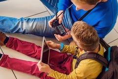 Οικογένεια που περιμένει την αναχώρηση στον αερολιμένα Στοκ Εικόνα
