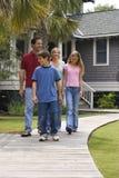 οικογένεια που περπατά μαζί στοκ εικόνες