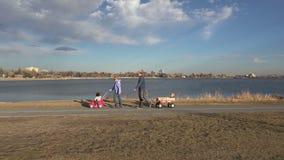Οικογένεια που περπατά μετά από μια λίμνη απόθεμα βίντεο
