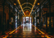 Οικογένεια που περπατά στην ανακάλυψη Arcade, κεντρικός δρόμος Disneyland Παρίσι Στοκ Εικόνες
