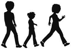 Οικογένεια που περπατά στη σκιαγραφία Στοκ Φωτογραφίες
