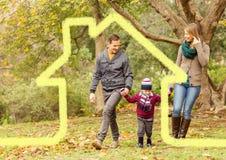 Οικογένεια που περπατά στο δάσος με την εγχώρια περίληψη Στοκ Φωτογραφία