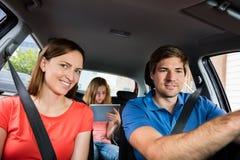 Οικογένεια που πηγαίνει για έναν γύρο στο αυτοκίνητο Στοκ Εικόνες