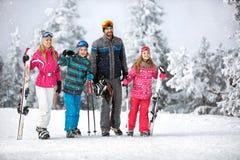 Οικογένεια που πηγαίνει να κάνει σκι έκταση με τον εξοπλισμό σκι Στοκ Φωτογραφία