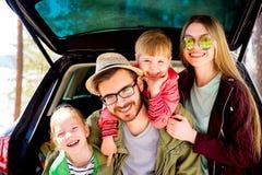 Οικογένεια που πηγαίνει σε ένα ταξίδι αυτοκινήτων Στοκ Εικόνες