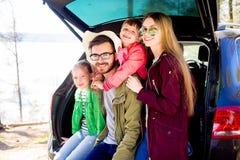 Οικογένεια που πηγαίνει σε ένα ταξίδι αυτοκινήτων Στοκ εικόνα με δικαίωμα ελεύθερης χρήσης