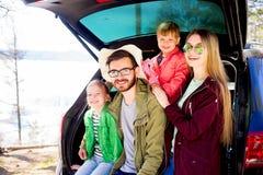 Οικογένεια που πηγαίνει σε ένα ταξίδι αυτοκινήτων Στοκ Εικόνα