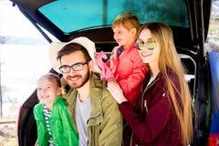 Οικογένεια που πηγαίνει σε ένα ταξίδι αυτοκινήτων Στοκ Φωτογραφίες
