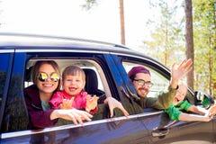 Οικογένεια που πηγαίνει σε ένα ταξίδι Στοκ Φωτογραφίες
