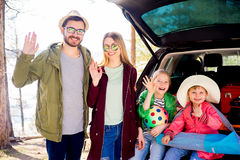 Οικογένεια που πηγαίνει στις διακοπές Στοκ εικόνα με δικαίωμα ελεύθερης χρήσης