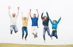 Οικογένεια που πηδά στον αέρα στο πάρκο στοκ φωτογραφίες με δικαίωμα ελεύθερης χρήσης