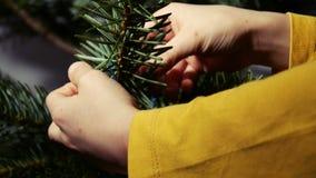 Οικογένεια που προετοιμάζεται για τα Χριστούγεννα - χέρια παιδιών ` s που διακοσμούν ένα δέντρο πεύκων - 4 Κ απόθεμα βίντεο
