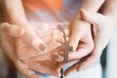 Οικογένεια που προσεύχεται από κοινού στοκ φωτογραφίες με δικαίωμα ελεύθερης χρήσης
