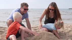 Οικογένεια που στηρίζεται στην παραλία απόθεμα βίντεο