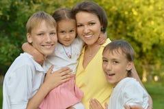 Οικογένεια που στηρίζεται στο θερινό πάρκο Στοκ εικόνες με δικαίωμα ελεύθερης χρήσης
