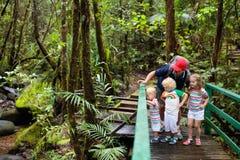 Οικογένεια που στη ζούγκλα Στοκ Φωτογραφίες