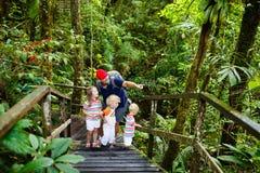 Οικογένεια που στη ζούγκλα Στοκ Εικόνα