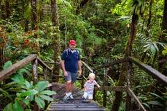 Οικογένεια που στη ζούγκλα Στοκ εικόνες με δικαίωμα ελεύθερης χρήσης