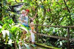 Οικογένεια που στη ζούγκλα Στοκ Φωτογραφία