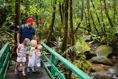 Οικογένεια που στη ζούγκλα Στοκ φωτογραφία με δικαίωμα ελεύθερης χρήσης