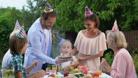 Οικογένεια που συγχαίρει το μικρό κορίτσι στα γενέθλια, εορτασμός, συγκινήσεις ευχαρίστησης απόθεμα βίντεο